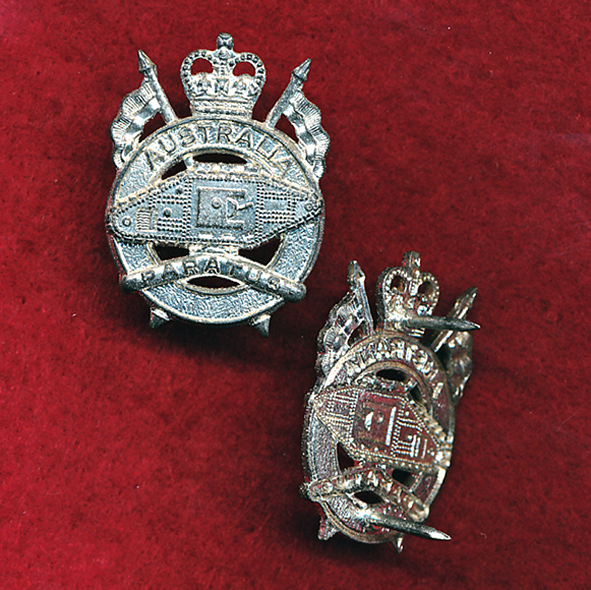 1st Armoured Regiment Collar Badge  (w/R) (64/96)