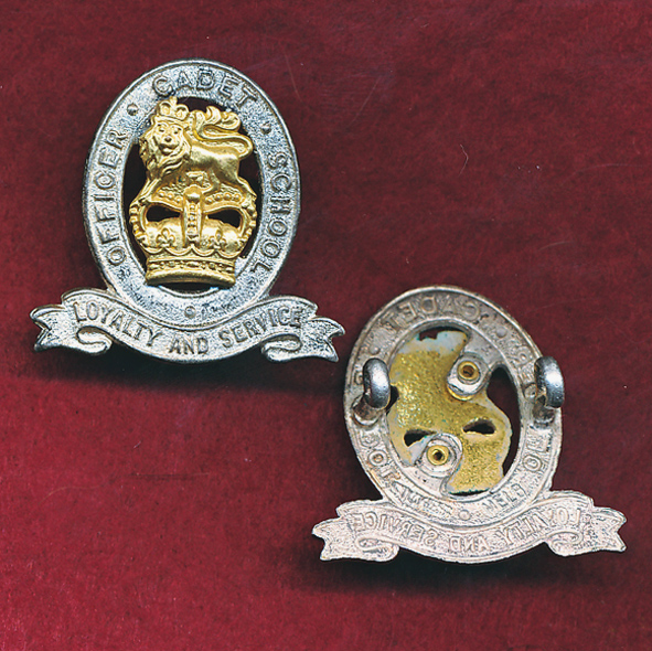 Hat/ Collar Badge - OCS - Officer Cadet School  (w/Left) (53/60)
