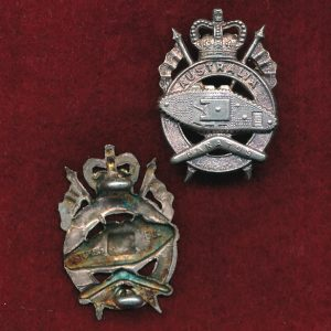1st Armoured Regiment Collar Badge  (w/L) (53/60)